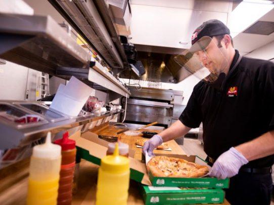 El nuevo rostro de la industria restaurantera usa cubrebocas