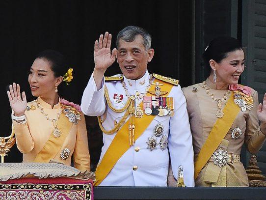 """Rey de Tailandia despide a seis funcionarios de palacio por """"actos malvados"""""""