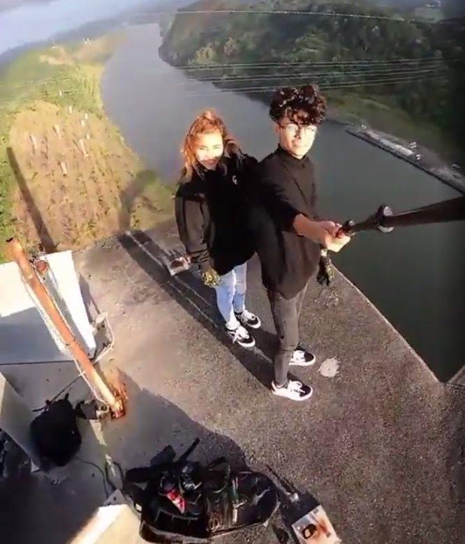 Influencer y su novia arriesgan la vida en la cima del Puente Centenario
