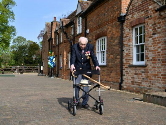 """Un británico de 99 años, """"héroe"""" tras recolectar millones de libras para la salud pública"""