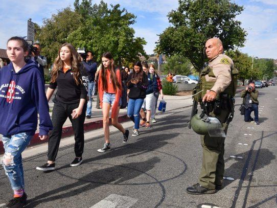 Un muerto y tres heridos en tiroteo en liceo de California, un sospechoso detenido