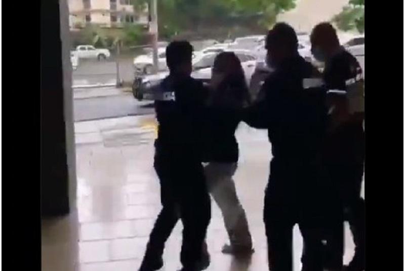 #Video: Mujer fue arrestada por pasear su perro