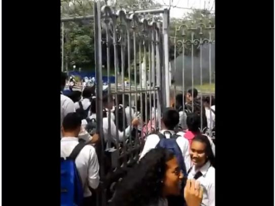 Institutores protestan la Avenida de los Mártires