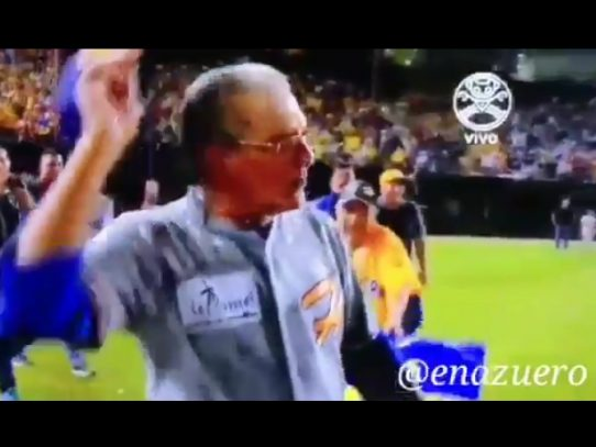 Técnico Israel Delgado le da una cachetada a un jugador