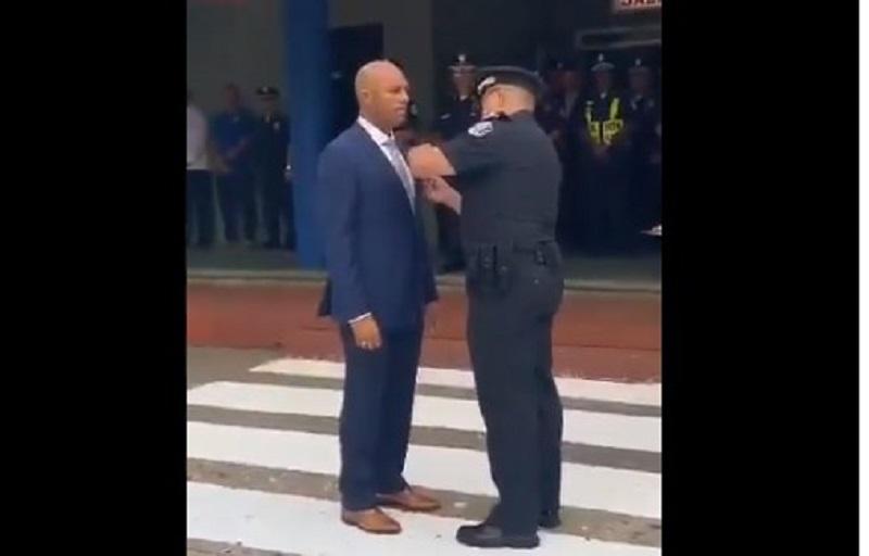 Otorgan a Mariano Rivera la Medalla de Honor de la Policía Nacional