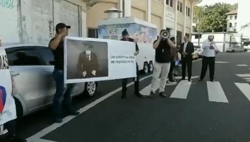 Conductores de plataformas digitales de transporte protestan en la Asamblea