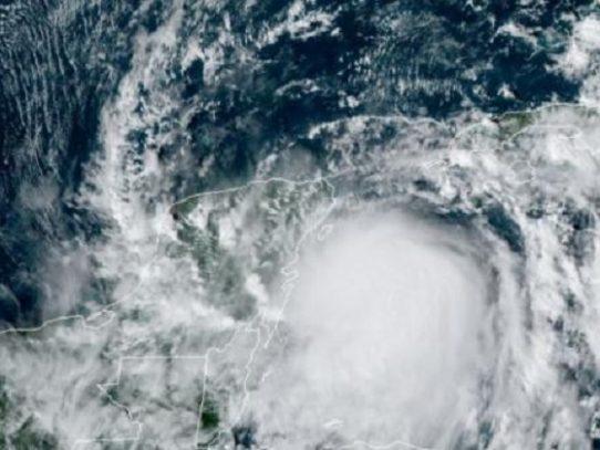 Centroamérica se prepara para la arremetida de un nuevo huracán