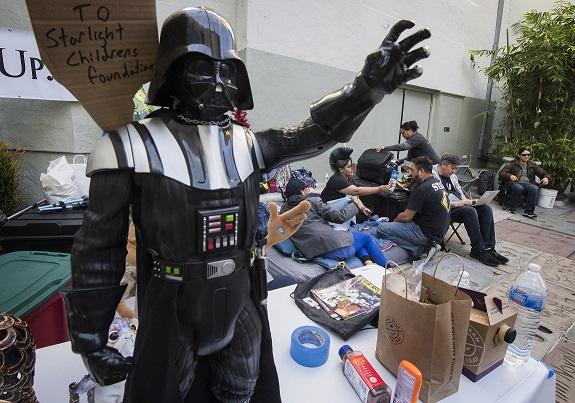 Fanáticos acampan en cine de Los Ángeles a una semana para el estreno de Star Wars