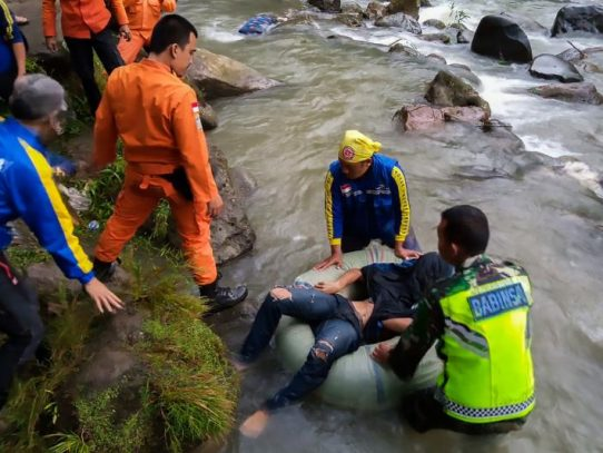 Al menos 27 muertos al caer un autobús por un barranco en Indonesia