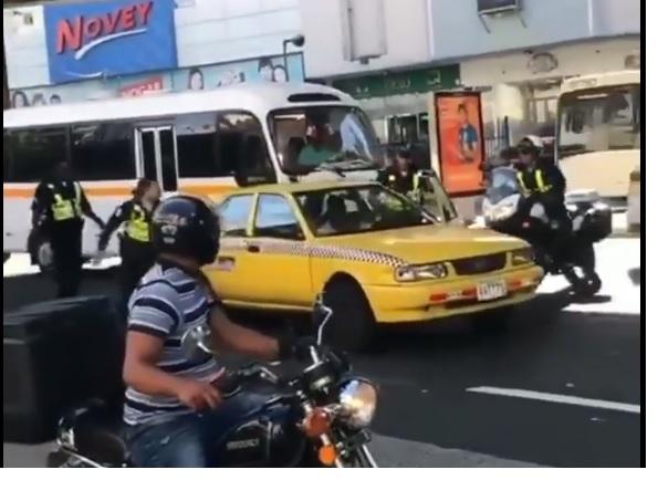 Taxista intenta atropellar a policías en la Cinta Costera