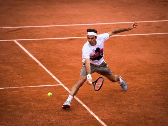 Federer regresa a Roland Garros con victoria, la 'Armada' española viento en popa