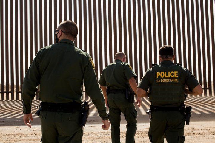 Informantes afirman que mexicanos armados fueron ingresados de contrabando para vigilar el muro fronterizo