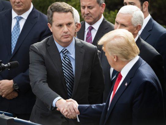 En plena conferencia de prensa sobre el coronavirus, Trump estrecha manos por doquier