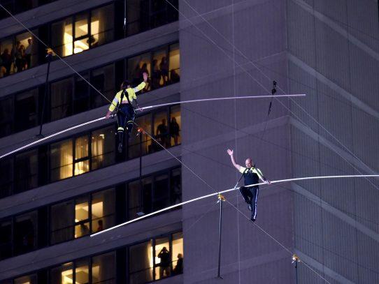 Dos hermanos funambulistas cruzan el cielo de Times Square