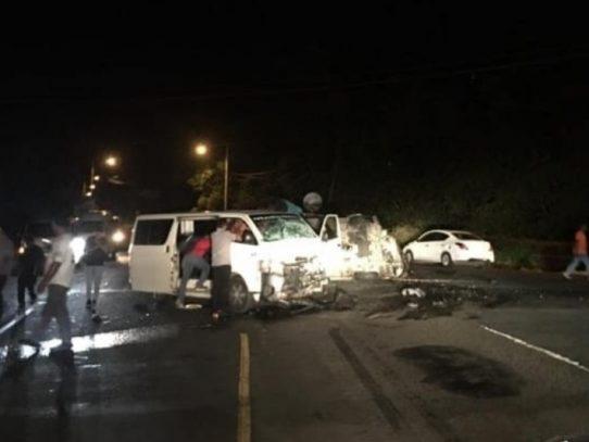 Doce heridos en colisión frontal de dos busitos piratas en Veracruz