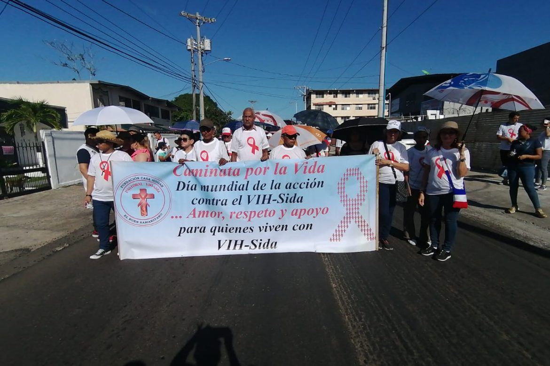 Voluntarios de Casa Hogar El Buen Samaritano marchan en el Día Mundial de la Lucha contra el VIH-SIDA