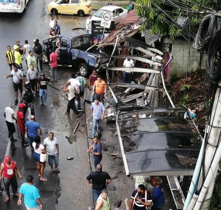 Vehículo se estrella contra una parada en Villa Lorena, se reportan varios heridos
