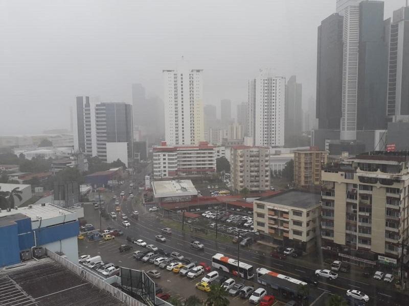 Fuertes vientos y lluvia azotan la capital panameña