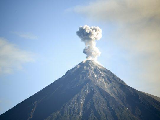 Volcán de Fuego de Guatemala registra explosiones y lanza ceniza a comunidades