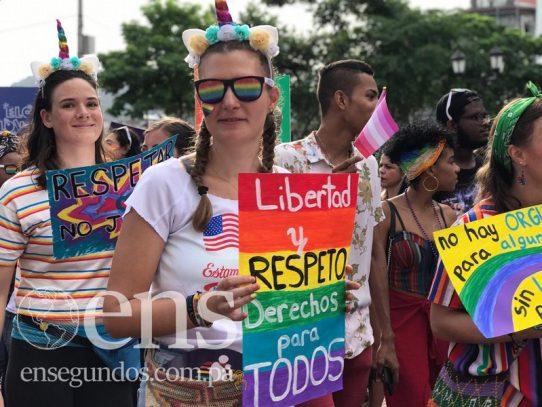 """El """"orgullo gay"""" inunda las calles del Casco Antiguo con mucho color"""