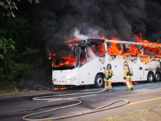 Bus de la ruta Santiago-Panamá se incendia en Loma Campana sin dejar heridos