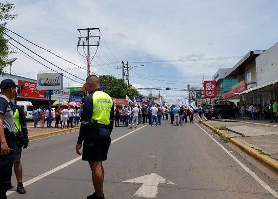 Educadores de AEVE cierran la Avenida Central en Santiago