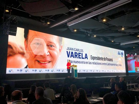 Varela dicta conferencia a empresarios en Colombia