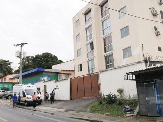 Mujer muere al caer de un edificio en Pueblo Nuevo