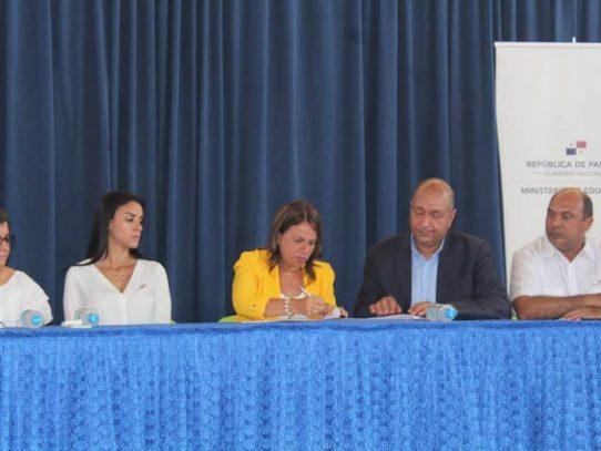 Meduca y Amupa firman convenio para reparaciones de escuelas