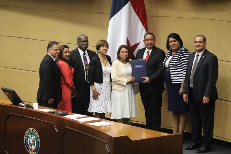Meduca presenta ante la Asamblea proyecto para reformar la Beca Universal