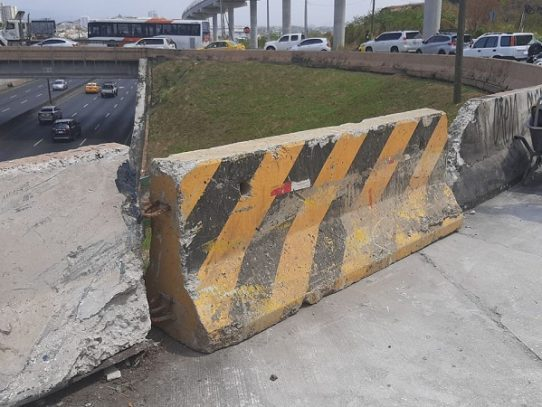 MOP repara parte de muro de la rotonda en la Roosevelt