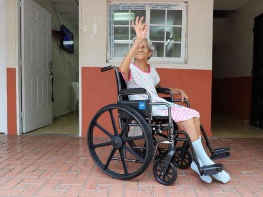 Alcaldía de Panamá entregó medicamentos, sillas de ruedas y alimentos en Los Años Dorados