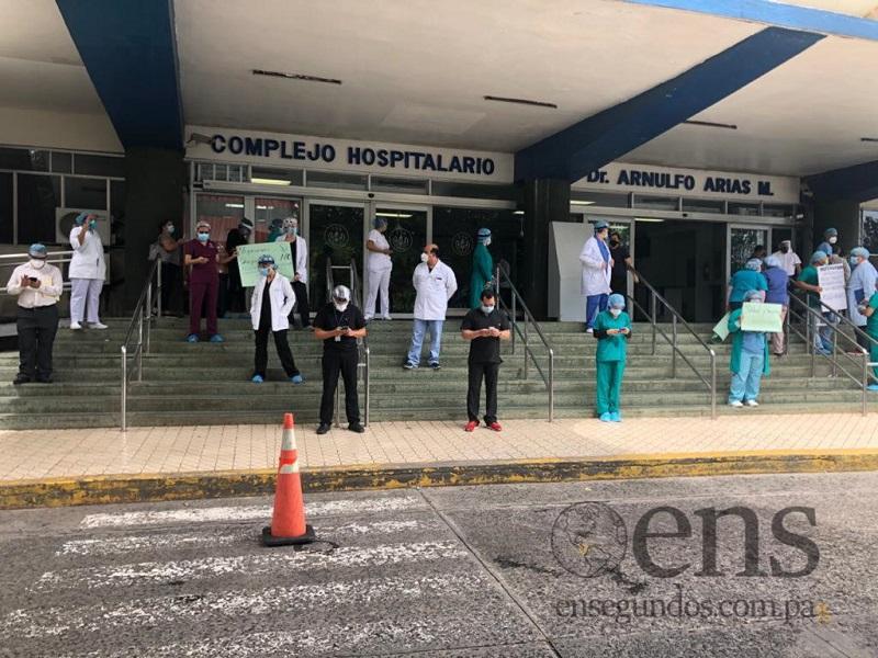 Médicos de neonatología y ginecología protestan en el complejo de la CSS