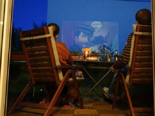Películas en los patios de edificios de Berlín para acabar con el aburrimiento de los confinados