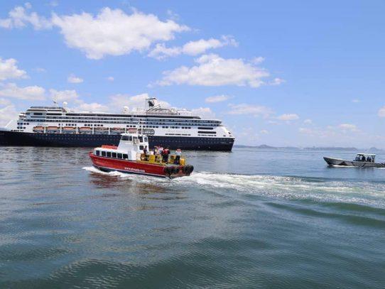 Trasladan a pasajeros del crucero anclado en Panamá por COVID-19